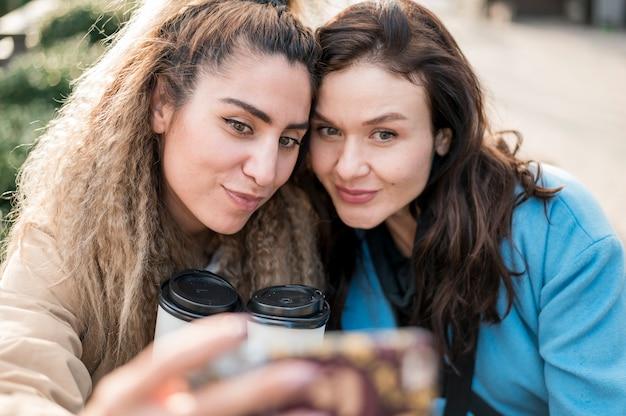 Hermosas adolescentes tomando una selfie juntos