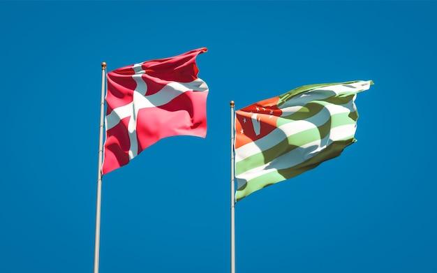 Hermosas banderas del estado nacional de dinamarca y abjasia juntos