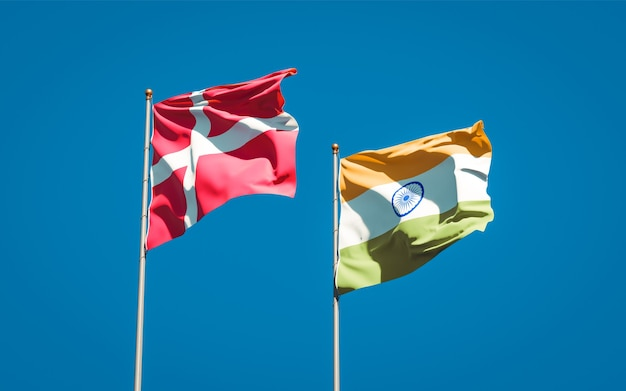 Hermosas banderas del estado nacional de dinamarca e india juntos