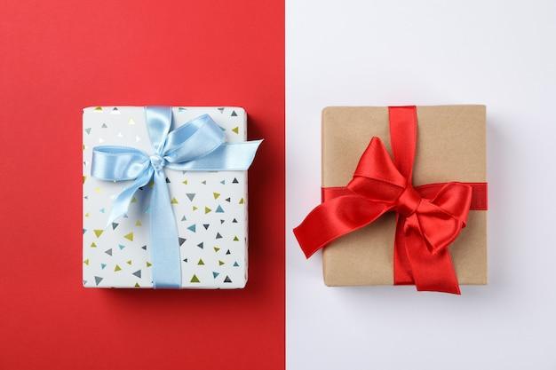 Hermosas cajas de regalo en dos tonos de fondo, vista superior