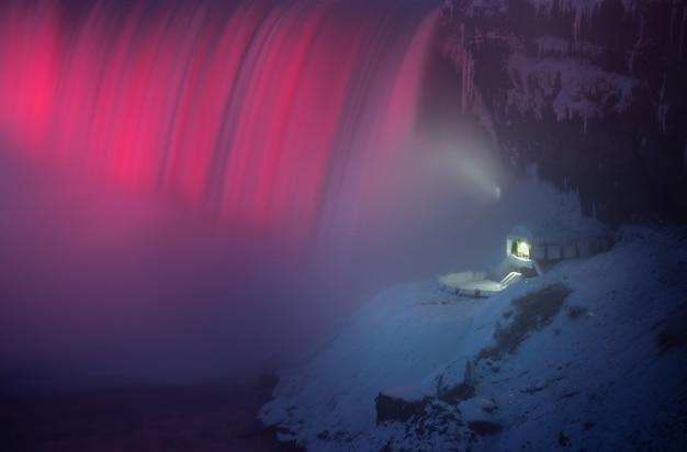 Hermosas cascadas del niágara en la noche