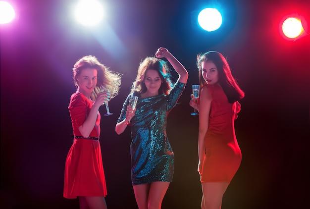 Hermosas chicas bailando en la fiesta