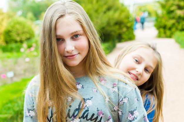 Hermosas chicas caminando en el parque de verano