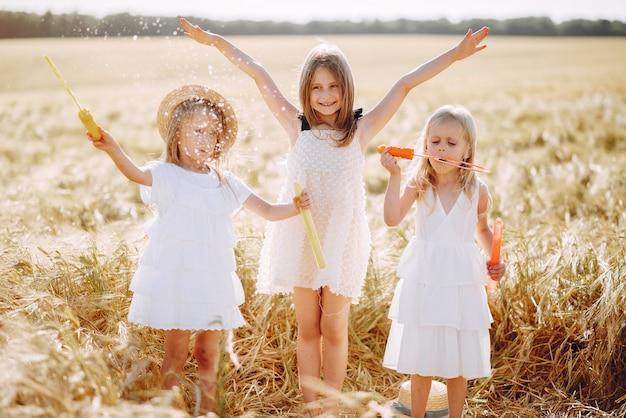 Hermosas chicas se divierten en un campo de otoño