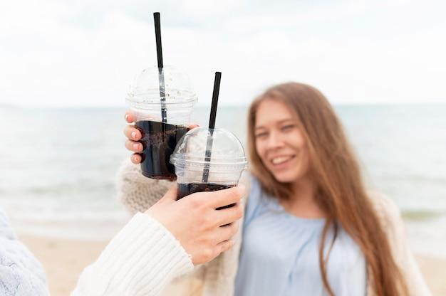 Hermosas chicas divirtiéndose en la playa