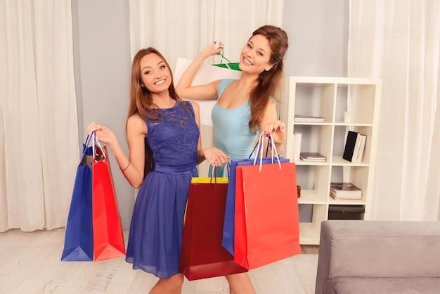 Hermosas chicas jóvenes con coloridos bolsos de compras