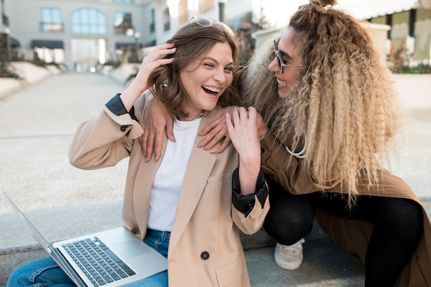 Hermosas chicas jóvenes riendo juntos