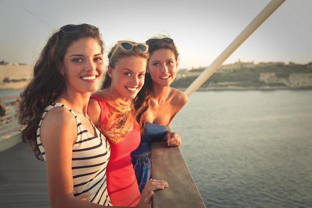 Hermosas chicas en el mar