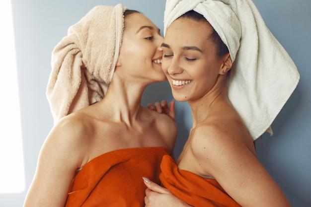 Hermosas chicas de pie con una toalla