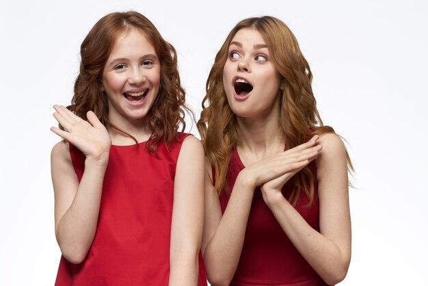 Hermosas chicas en ropa idéntica, un par de chicas