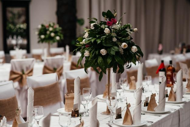 Hermosas decoraciones de boda para una mesa de celebración.