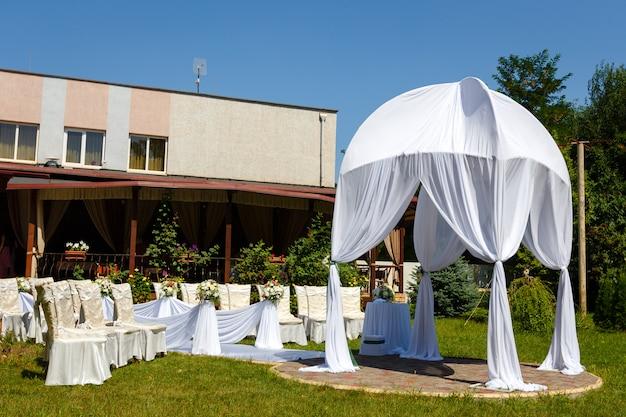 Hermosas decoraciones para la ceremonia de boda en el parque en un día soleado