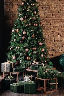 Hermosas decoraciones navideñas verdes y regalos debajo del árbol de navidad