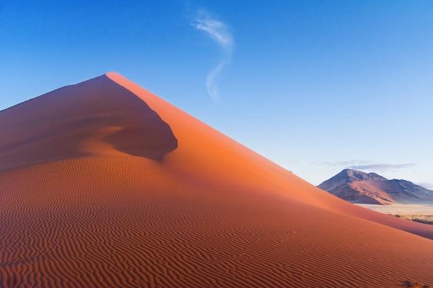 Hermosas dunas al atardecer y la naturaleza del desierto de namib, sossusvlei, namibia, sudáfrica