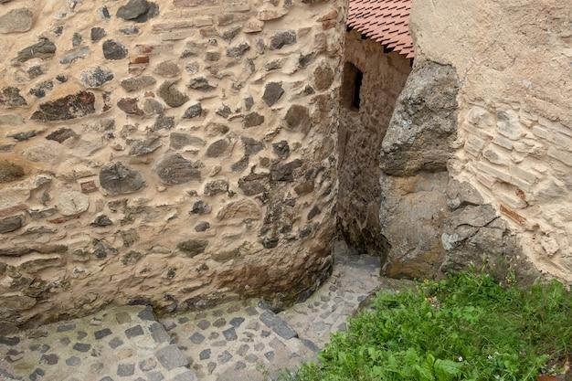 Hermosas escaleras de piedra antiguas