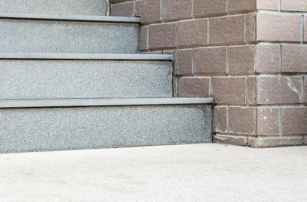 Hermosas escaleras de piedra en el frente de edificio