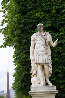 Hermosas estatuas ubicadas en la avenue des champs-elysees en parís, francia
