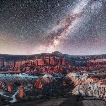 Hermosas estrellas sobre el cañón en capadocia