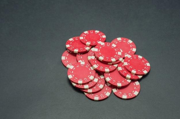 Hermosas fichas de póquer rojas