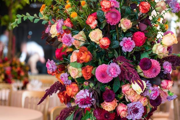 Hermosas flores de boda en la mesa de la fiesta.