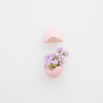 Hermosas flores en cáscara de huevo