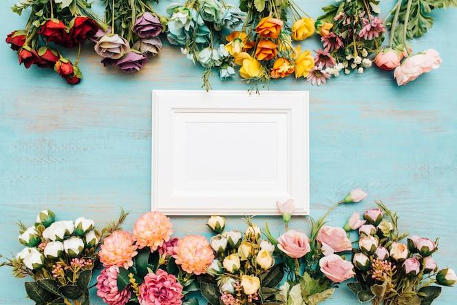 Hermosas flores con marco blanco.