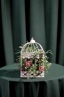 Hermosas flores encerradas en jaula blanca.