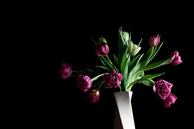 Hermosas flores en florero arte copia espacio bajo llave