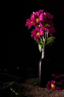 Hermosas flores en florero
