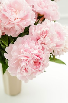 Hermosas flores frescas de peonía en un florero