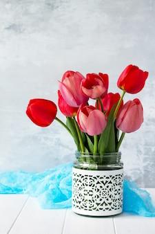 Hermosas flores frescas de tulipanes rosados y rojos.