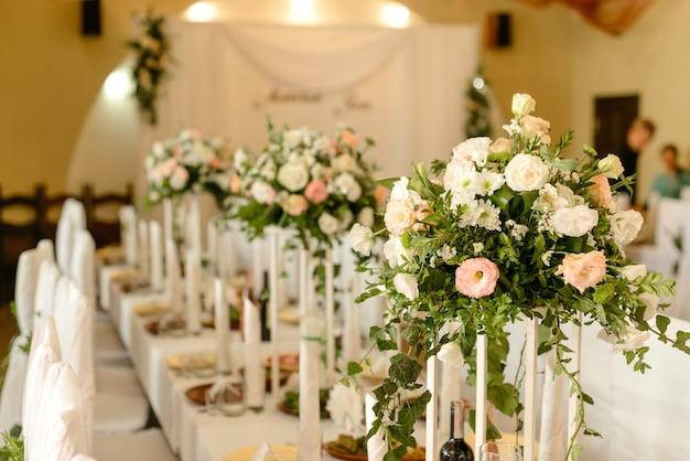 Hermosas flores en la mesa en el día de la boda