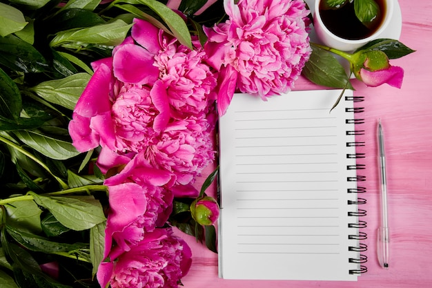 Hermosas flores de peonía rosa con nota.
