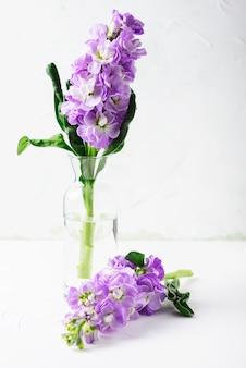 Hermosas flores de primavera en la mesa blanca, enfoque selectivo