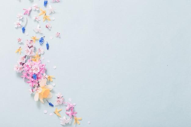 Hermosas flores de primavera en papel