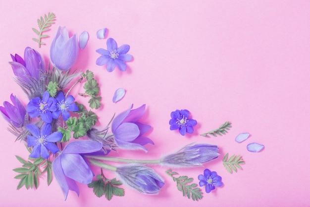 Hermosas flores de primavera sobre fondo rosa