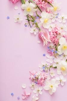 Hermosas flores de primavera sobre papel