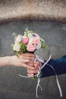 Hermosas flores de ramo de boda de verano para niñas