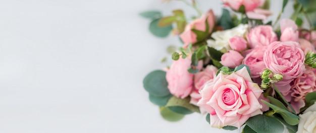 Hermosas flores rosas sobre fondo claro