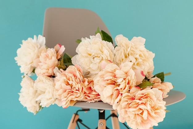 Hermosas flores en silla de cerca