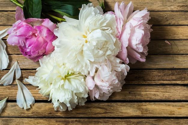 Hermosas flores sobre fondo de madera
