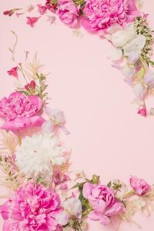 Hermosas flores sobre fondo de papel rosa