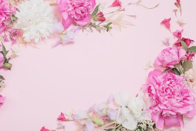 Hermosas flores sobre papel rosa