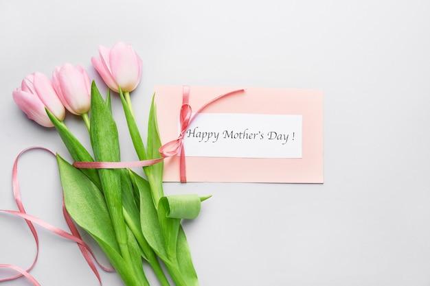 Hermosas flores y tarjeta para el día de la madre en blanco