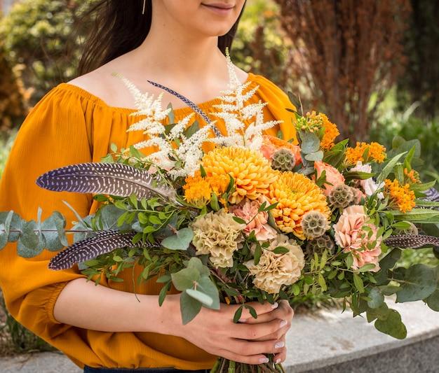 Hermosas flores de verano en manos de niña
