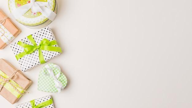 Hermosas formas de cajas de regalo envueltas aisladas en superficie blanca