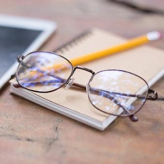 Hermosas gafas colocadas en el libro