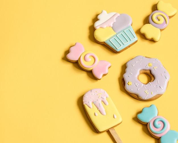 Hermosas galletas de jengibre para una fiesta infantil en forma de dulces y caramelos, plano.