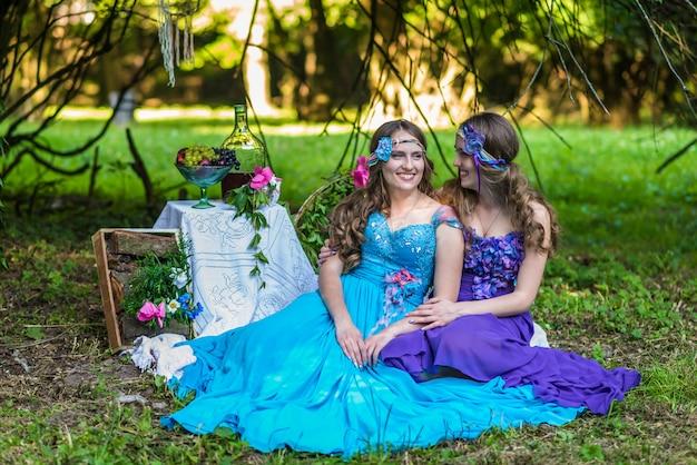 Hermosas hermanas sonrientes felices gemelas