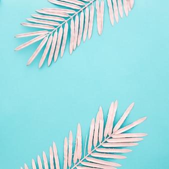 Hermosas hojas de color rosa sobre fondo azul claro con copyspace
